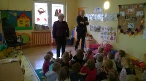 Pani Wojewoda Bożentyna Pałka-Koruba czyta bajki dzieciom