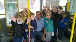 Żabki na wycieczce autobusem miejskim